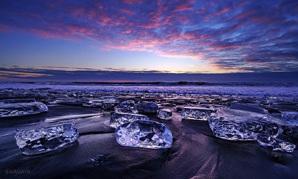 波に打ち上げられた無数の氷たち。 星と月の光を浴び、夜明けの空を映し、まるで天空の宝石のようでした。 (今朝未明から明け方、北海道にて撮影) https://t.co/QMHKdLcgjo