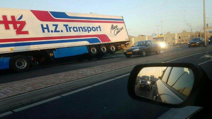 Westerlee Vrachtwagen van de weg geraakt. Berger tp om deze weer op zijn wielen te zetten.. https://t.co/luCLtqxSdy