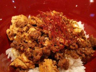 今週の週替わり丼の麻婆豆腐丼は辛さと旨味が絶妙…!他にも鮭の和風パスタ、ローストビーフ、豆のキーマカレーもご用意してます