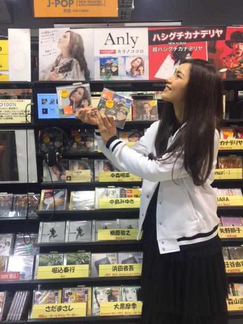 【#Anly】本日4thシングル「カラノココロ」を発売されたAnlyさんがご来店!コメントやサインもありがとうございます