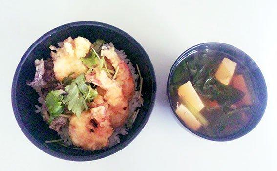 ◉うち昼ごはん玉子丼に海老とキクラゲの天ぷらをそえて豆腐と若布のみそ汁でいただきます!玉子丼は食戟のソーマで記載されてい