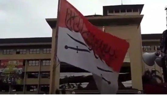 Kapolri Usut Bendera Merah Putih dengan Pedang dan Tulisan Arab https://t.co/19DSbbaxgl https://t.co/STbBMfljAY