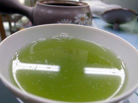 うちの店もね~新茶の時期に「お茶に埃みたいなのが浮いてる!」つって返品してきた若い人が居たらしいよ~ これ、毛茸(もうじ)って言われる、品質の高い新茶に必ず混ざるお茶の葉の産毛なんだよね。説明しても「とにかく気持ち悪いからいらない」つって出てったらしい。