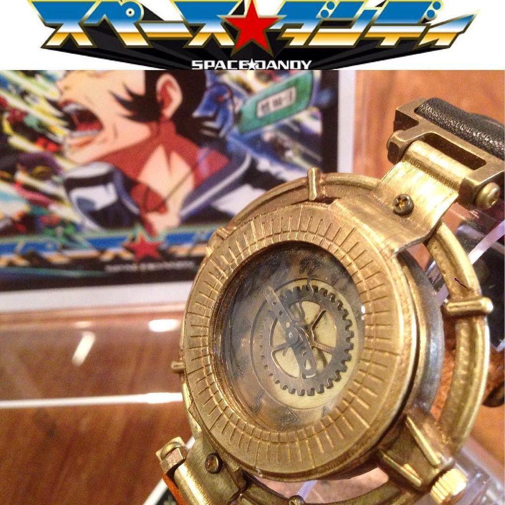 アニメ「スペースダンディ」とのコラボ時計です。デザイン、制作は篠原ksで、真鍮製、バンドは牛革です。#スペースダンディ#
