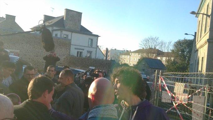 🇫🇷 L'auteur de la gifle à Manuel Valls, âgé de 18 ans, condamné à 3 mois de prison avec sursis et 105 heures de TIG. https://t.co/UH37MbRDy5