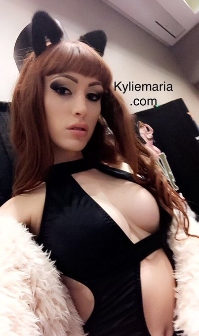 So much fun at AEE today can't wait for tomorrow 💋🖤 https://t.co/TuxaVJmhAg