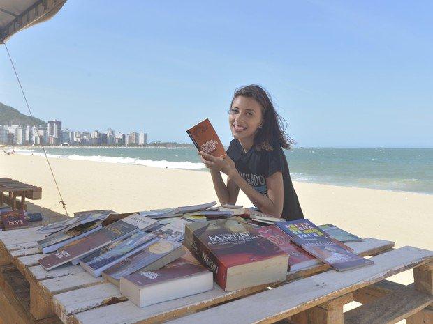 Jovem monta biblioteca pública em praia de Vila Velha, ES #G1