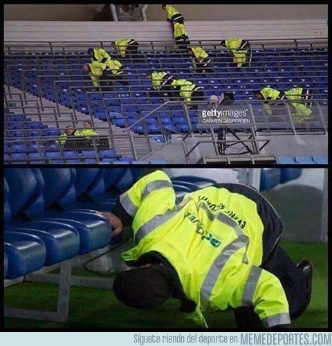 Los encargados de seguridad buscando a Ronaldo en el estadio después del partido