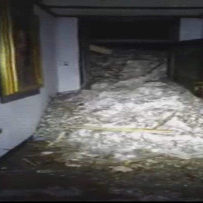 Ghiaccio e macerie dentro l'Hotel #Rigopiano travolto dalla valanga: le prime immagini dell'interno → https://t.co/TM9dbfHE59  #terremoto