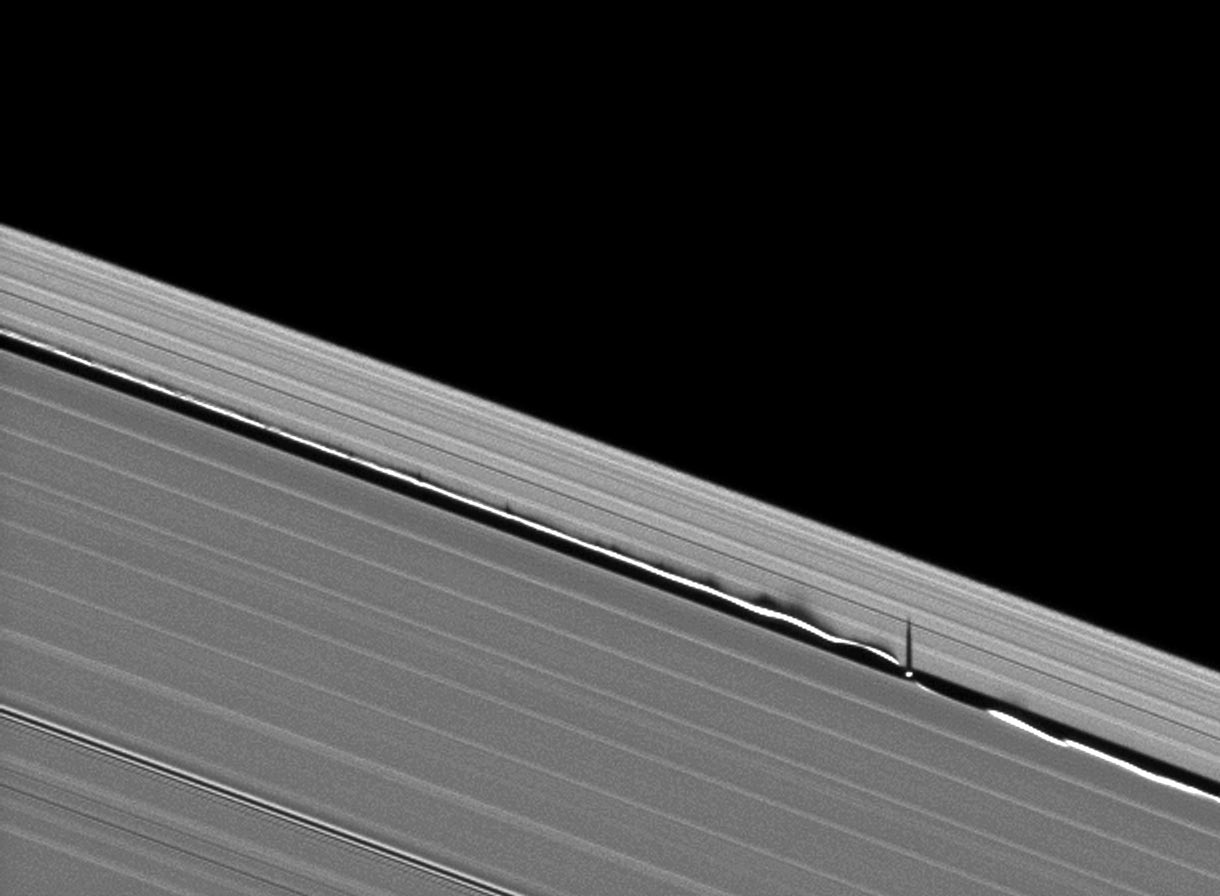Here is another view of little Daphnis being a straight-up hardcore tiny space rock. https://t.co/0uy3lB7Dz3 https://t.co/KvOWW3Wpea