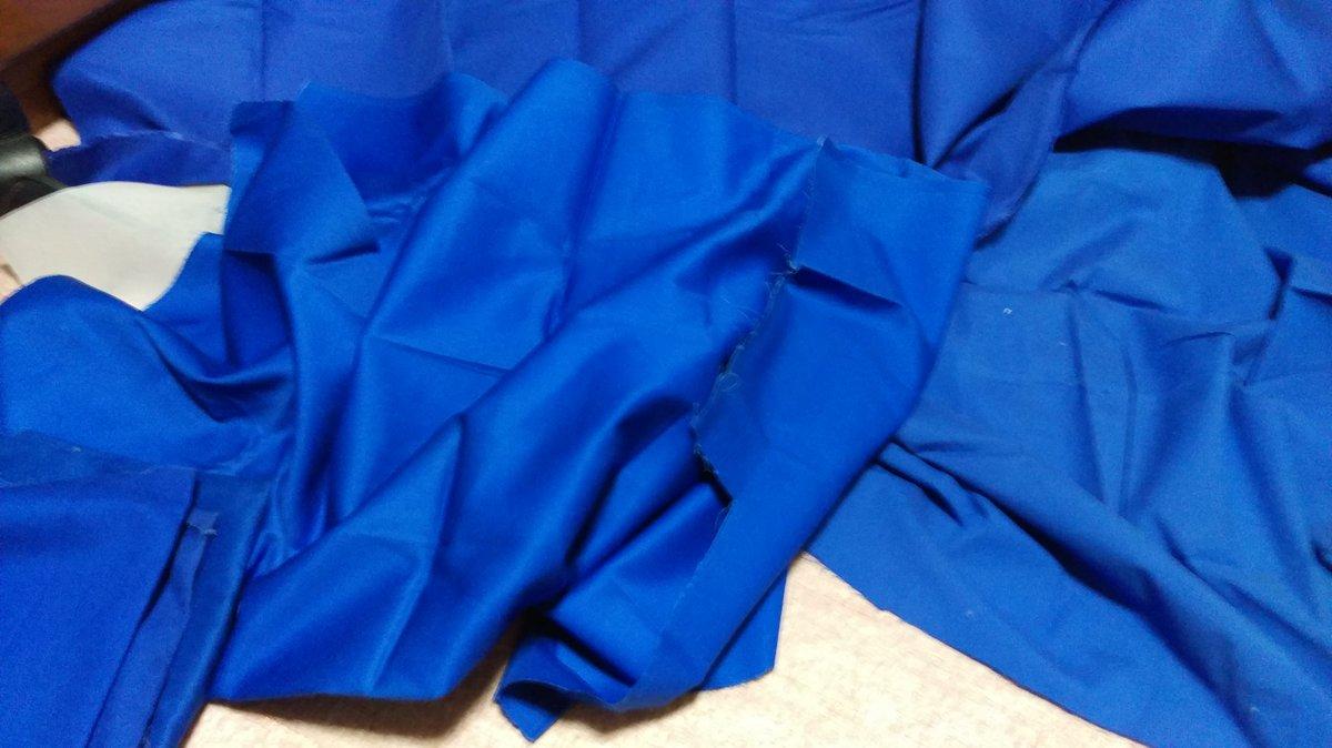 虹色デイズの制服作ろうと青生地引っ張り出してきたんだが、全部1m位しかない( ;´・ω・`)微妙に色味や厚みが違うからな