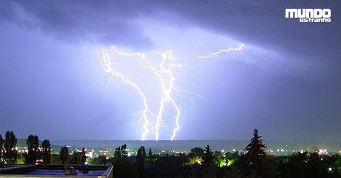 Quando um raio cai no mar, até onde vai a eletricidade? https://t.co/Y1W1D0KUBa