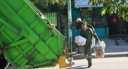 Jorge Capitanich se vistió de recolector y salió a juntar basura por Resistencia