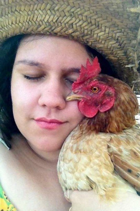 Jovem faz sucesso com reality show estrelado por galinhas drag queens