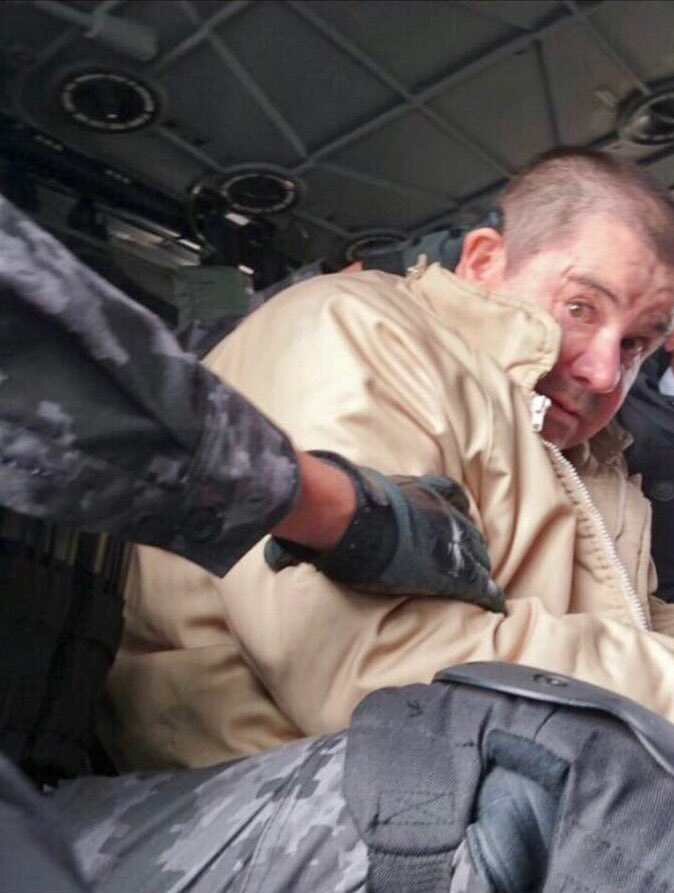 New pic of El Chapo being extradited from Mexico to the US tonight https://t.co/xsCyamfadT