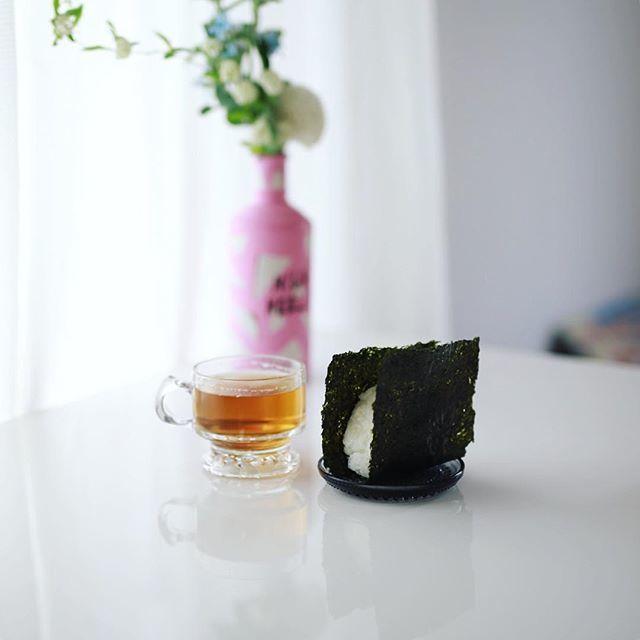 #onigiri グッドモーニング海苔だけおにぎり&傳六茶園のほうじ茶。うまい! (Instagram) | オ