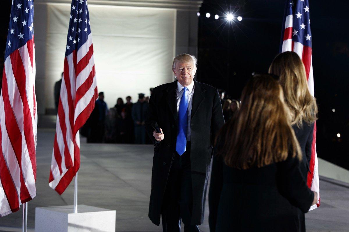 'Vocês não serão mais esquecidos', diz Trump ao público em shows da posse.
