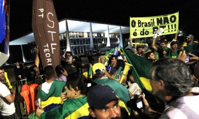 verde-amarelos fazem manifestação contra teori carregando caixão com o nome dele em frente ao supremo