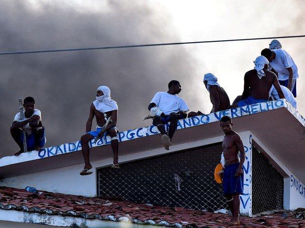 Maior penitenciária do RN tem 7º dia de motim; presos voltam ao telhado #G1
