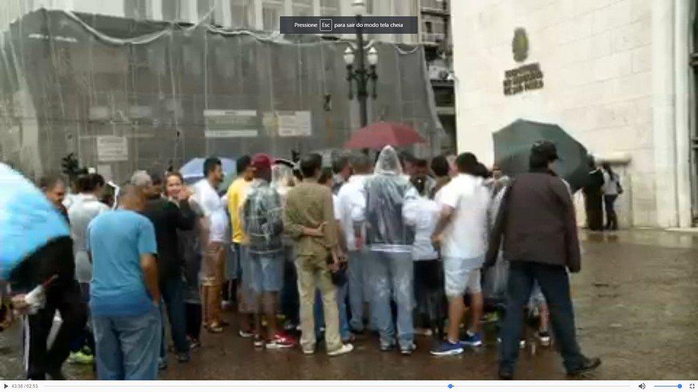 Motoristas e mães protestam na Prefeitura de SP contra corte de vans escolares gratuitas https://t.co/slqNg4sb6G