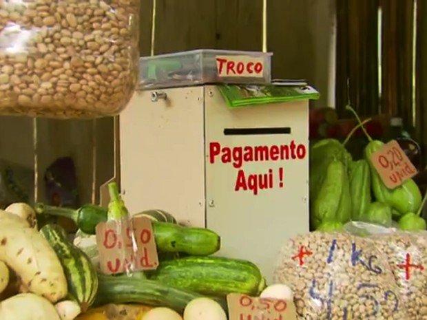 Barraca sem vendedor comercializa produtos à base da confiança em MG #G1