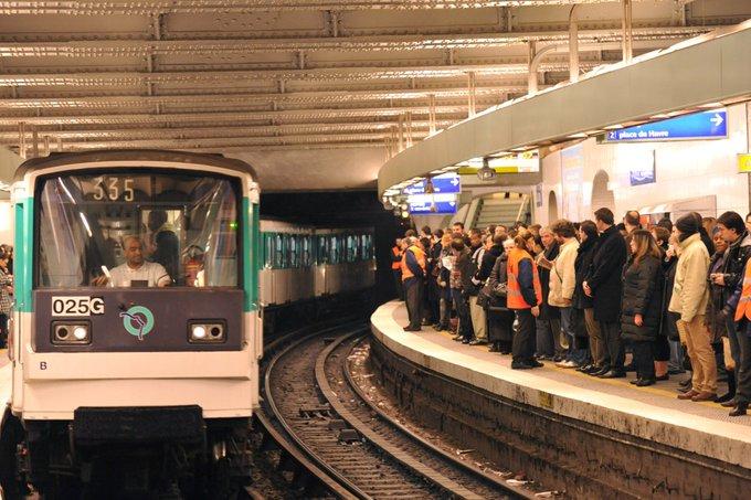 Un homme agresse les passagers du métro à Paris, la police à sa recherche > https://t.co/234ij7myqT