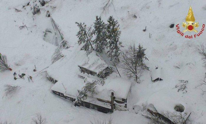 Oito pessoas são encontradas vivas em hotel atingido por avalanche na Itália. https://t.co/Smv7N2drtJ