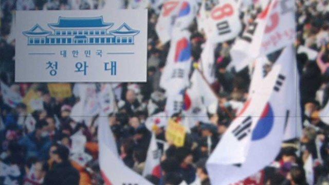 [JTBC 뉴스룸] 청와대의 보수단체 활용 정황 곳곳에서 나타나…특히 김기춘 당시 비서실장이 '이념대결 속 전사적 자세'라고 지시하기도. https://t.co/YsPGFpNKAa 하지만 여전히 청와대는 보수단체와의 관련성에 대해 모르쇠로 일관.