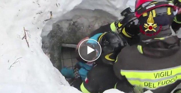 Il video del salvataggio di un bambino e di una donna da sotto alla valanga dell'hotel Rigopiano. https://t.co/WekX3DglnF