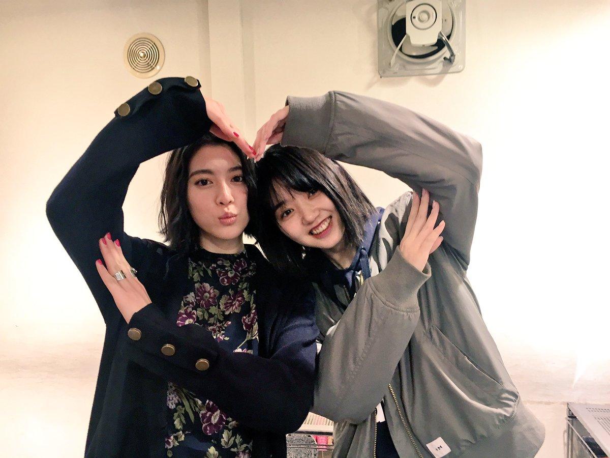 かーらーのー、みよまなポーズ♡ やるのは8月の学園祭ぶりらしい♡笑 #Seventeen撮影中 #STニュース #三吉彩花 #江野沢愛美 #みよまな@manami_enosawa
