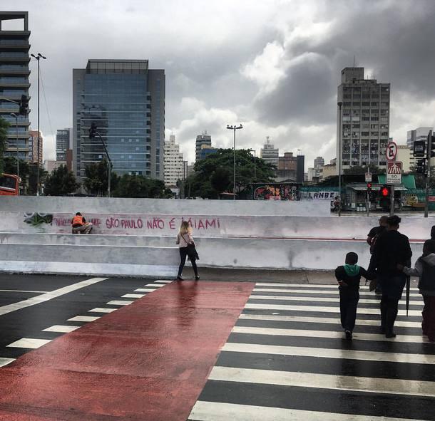 SP: Grafiteiro lava muro com água e frase apagada pela Prefeitura reaparece: 'São Paulo não é Miami' https://t.co/yMs5XGkpVr