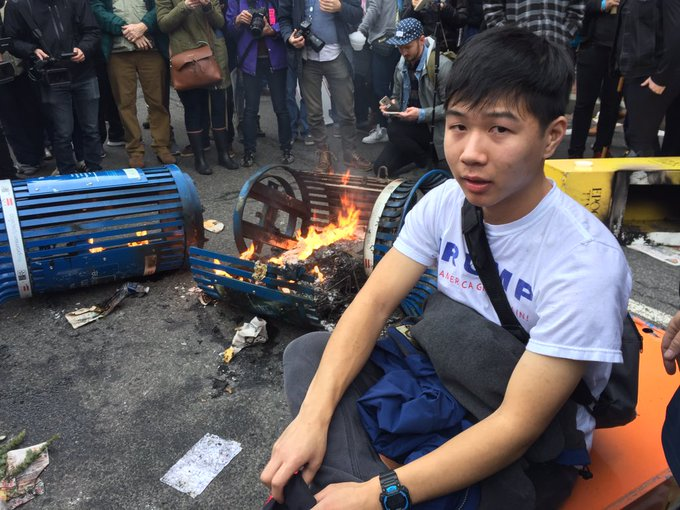 .@POTUS supporter Justin Lee tries to extinguish fire set by anti-Trump protesters. (Photo: @brookefoxnews) #TRUMP45 #Inauguration