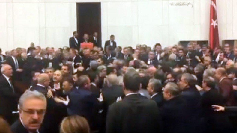 #Turquie : une bagarre générale éclate au Parlement suite à une protestation de députés VIDEO >>> https://t.co/aELsqAmYQA
