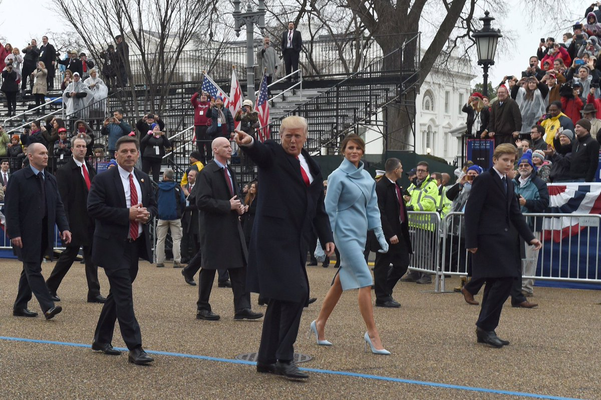 Look!  Over there! There's a spectator!  #InauguralParade https://t.co/eTjN0huAGv