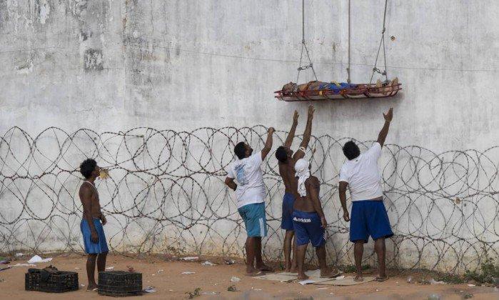 Bombeiros usam corda para transferir presos feridos de presídio no RN. https://t.co/wAuQwZv71b