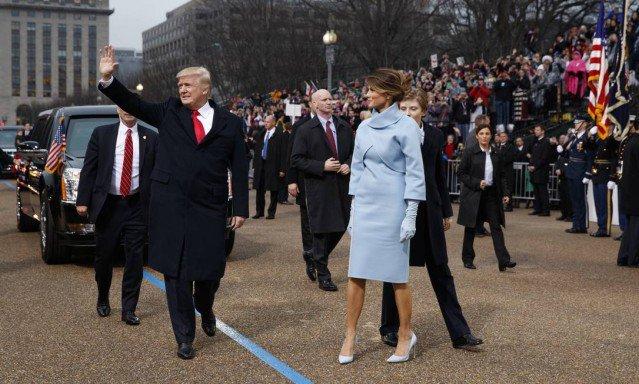 Sob aclamação e protestos, Trump chega à Casa Branca a pé. https://t.co/lKcmtQicgU