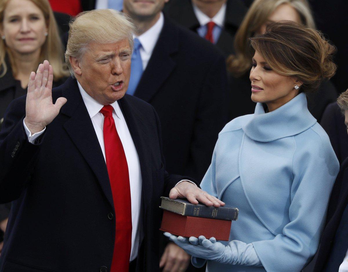 米共和党のトランプ氏が首都ワシントンの連邦議会議事堂で宣誓し、第45代大統領に就任しました。就任演説では「米国第一主義」と宣言し、通商や移民などに関する政策を見直す考えを明らかに。 https://t.co/00uln1jJgX #トランプ #就任式 (写真:ロイター/アフロ)
