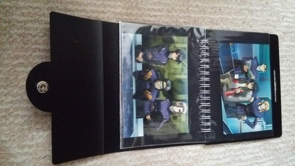 TVシリーズのBDにも付いてた「生写真」は、こうやって保存してる。百均で売ってた、写真立てにもなるホルダー。イズルが、ス