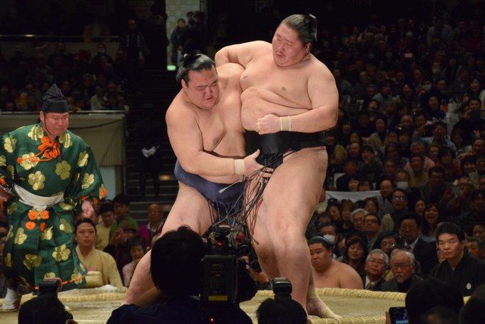 <稀勢の里初優勝!>十四日目で稀勢の里が優勝を決めました。優勝を決めた逸ノ城戦。 #sumo