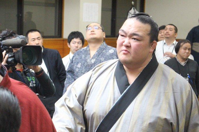 <稀勢の里初優勝!>取組後、報道陣に囲まれながら支度部屋を後にする稀勢の里。 #sumo