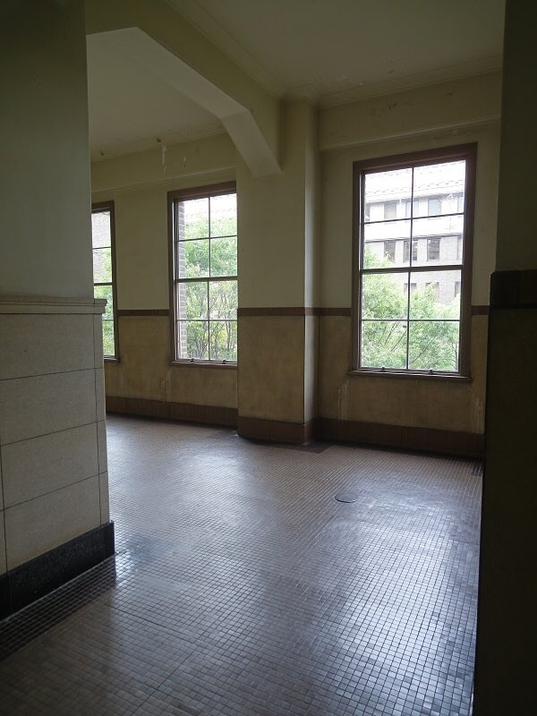 『終わりのセラフ』聖地巡礼5。同じく市役の廊下。床や壁の模様がアニメでも見てとれます。ヴァンパイア好きな方は夜のおともに
