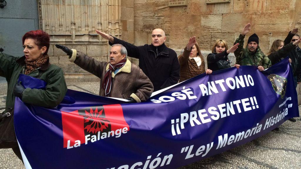 RT @EU_Callosa: ¿Se trata del típico saludo fascista?... (fotos vía @diariodelavega) https://t.co/Bxm1OD594L