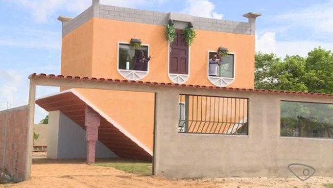 Pedreiro aposentado constrói casa de cabeça para baixo no ES https://t.co/3E7j9f0sfS #G1
