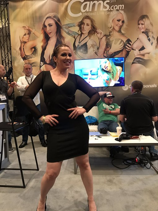 Thank you for hanging out at our booth at @AEexpo @RealInariVachs !!! ❤❤❤ https://t.co/IMKg9oRhcd