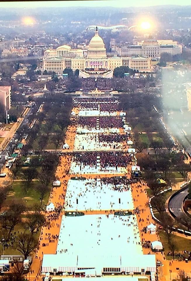 Toma de posesión de Trump, ayer vs la marcha de las mujeres, hoy #WomensMarch https://t.co/Uc9kBXH2uC
