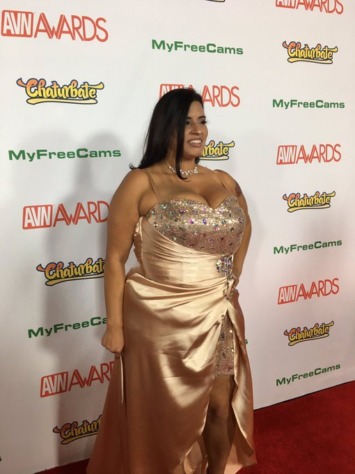 Thank you to my fans for getting me here tonight 😘👠 #avn #redcarpet #bbw #latina https://t.co/D1Ympt