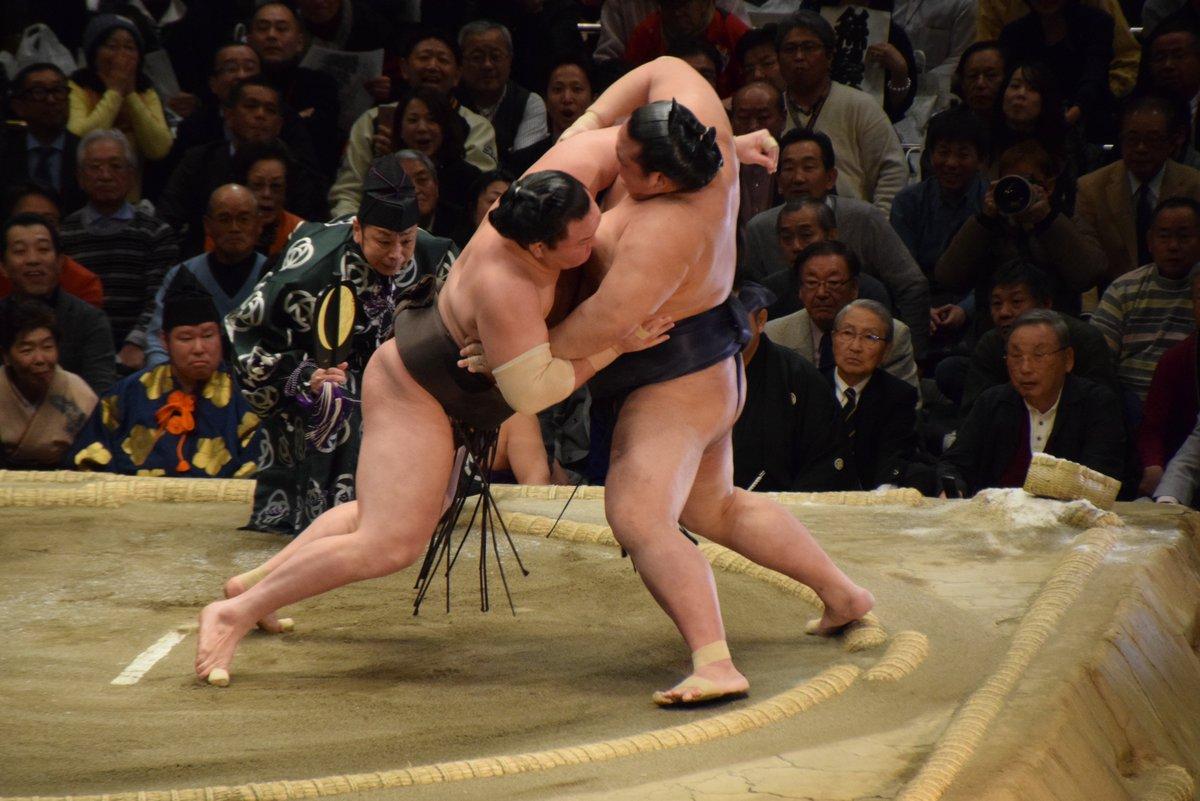<千秋楽の様子>結びの一番、白鵬-稀勢の里。掬い投げで稀勢の里の勝利。 #sumo