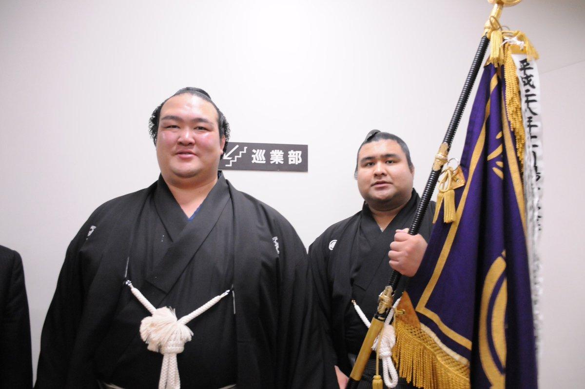 <千秋楽の様子>支度部屋を出て、優勝パレードに向かう途中。稀勢の里と旗手の髙安。#sumo