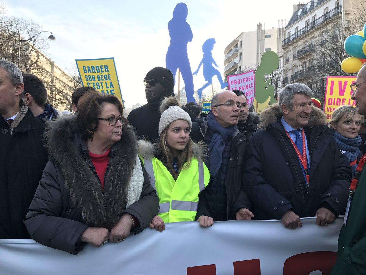Suivi - Présence notamment de Christine Boutin et Philippe De Villiers à cette manifestation anti-IVG à Paris. Via @RemyBuisine