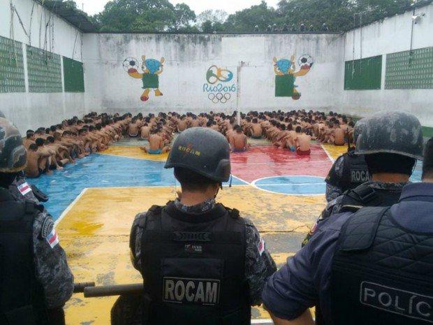 Presídio onde ocorreu massacre passa por revista, em Manaus https://t.co/n3N3l1vjUi #G1
